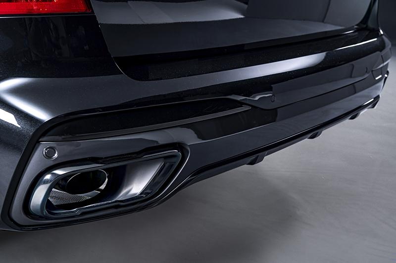 M款運動化排氣系統與黑色高光澤排氣尾飾管均為BMW X7 Dark Knight曜黑版標準配備。