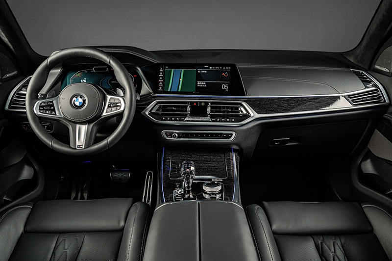 BMW X7 Dark Knight曜黑版配備全數位虛擬座艙、iDrive 7.0操作介面、全新智慧語音助理2.0、iPhone手機數位鑰匙、無線智慧型手機整合系統與M款多功能真皮方向盤。