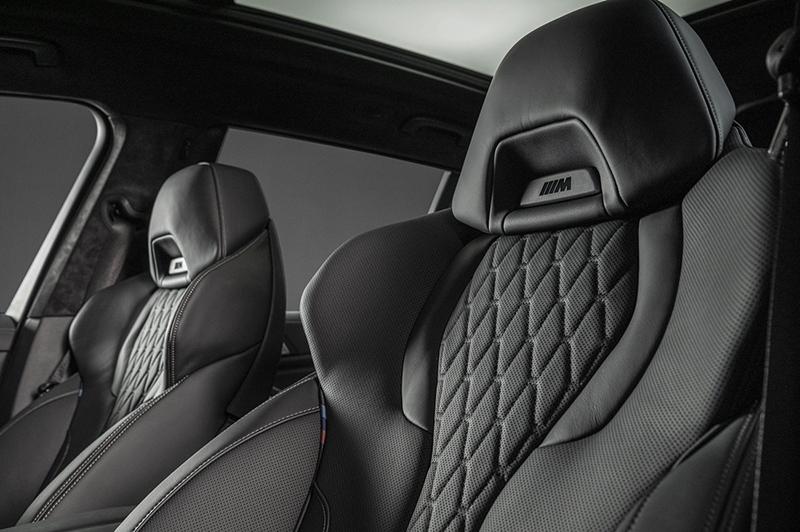 BMW X7 Dark Knight曜黑版配備Vernasca真皮內裝與M雙前座跑車座椅。