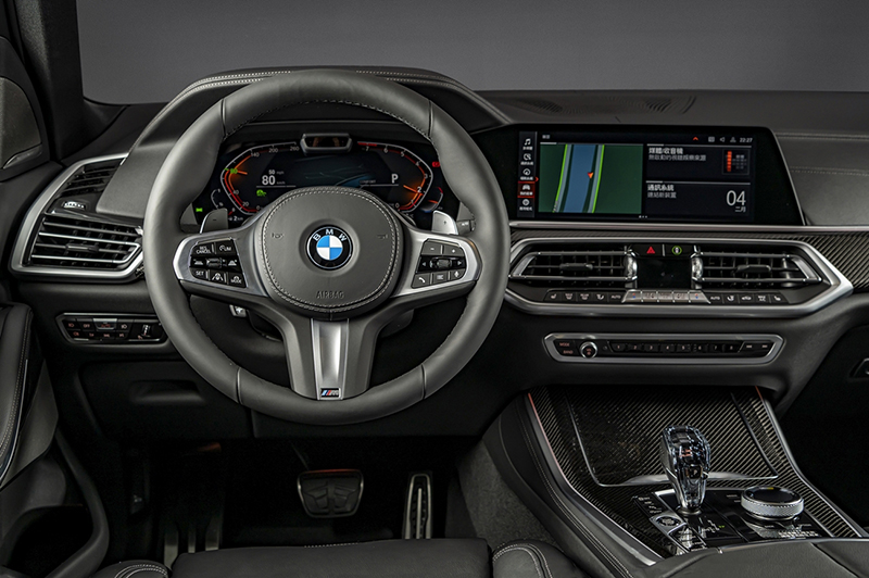 BMW X5 Dark Knight曜黑版標配全數位虛擬座艙、iDrive 7.0操作介面、全新智慧語音助理2.0、iPhone手機數位鑰匙、無線智慧型手機整合系統、M款多功能真皮方向盤與專屬碳纖維。