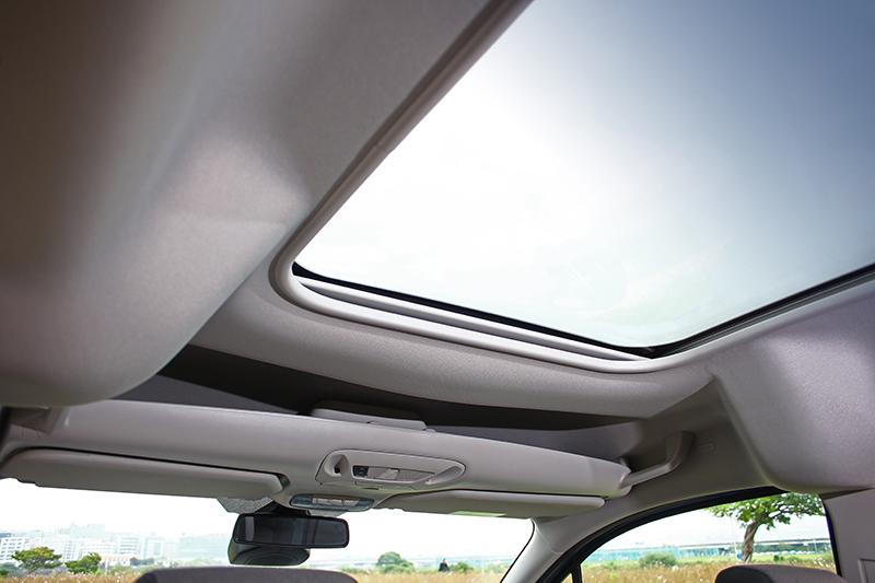 玩咖版標配的全景式玻璃車頂,讓座艙視覺更加通透明亮。