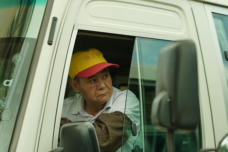 【車勢星聞】《當男人戀愛時》蔡振南、邱澤第一場戲在公車上對戲導演沒給指令,整段台語台詞即興演出。(圖:金盞花大影業提供)