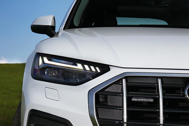 頭燈造型變得更細扁,日行燈樣式也有所改變,Edition One車型更升級的Matrix LED矩陣式頭燈。