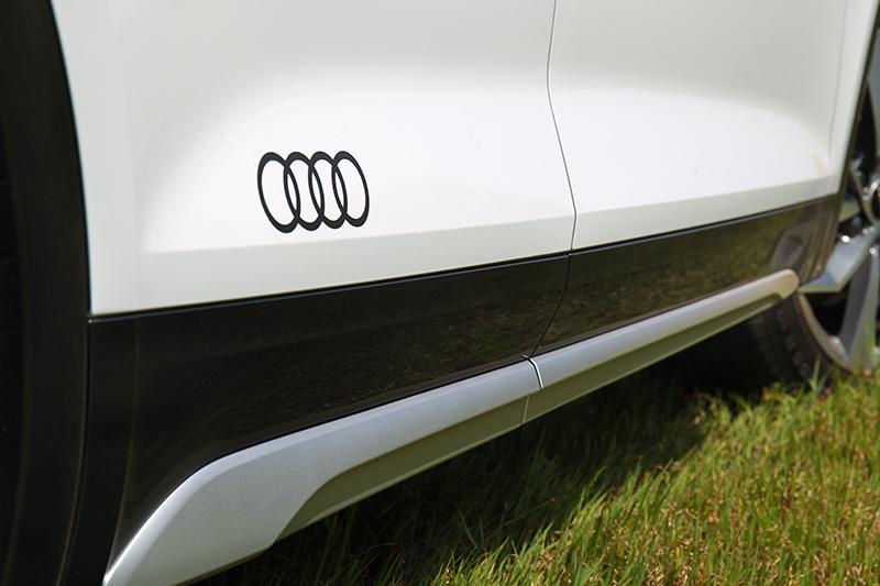 車側除有霧銀飾板車門亦有Audi廠徽。