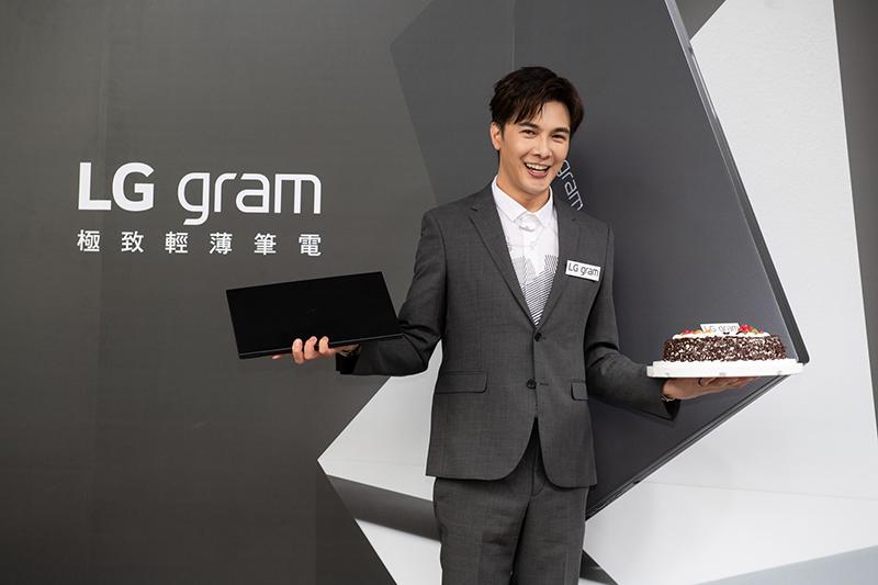 【車勢星聞】謝佳見現身LG gram「輕贏隨型」快閃屋,實測證實 LG gram 筆電輕量實力完勝蛋糕。(圖:品牌提供)