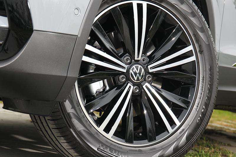 18吋輪圈兼具視覺與乘坐舒適性。
