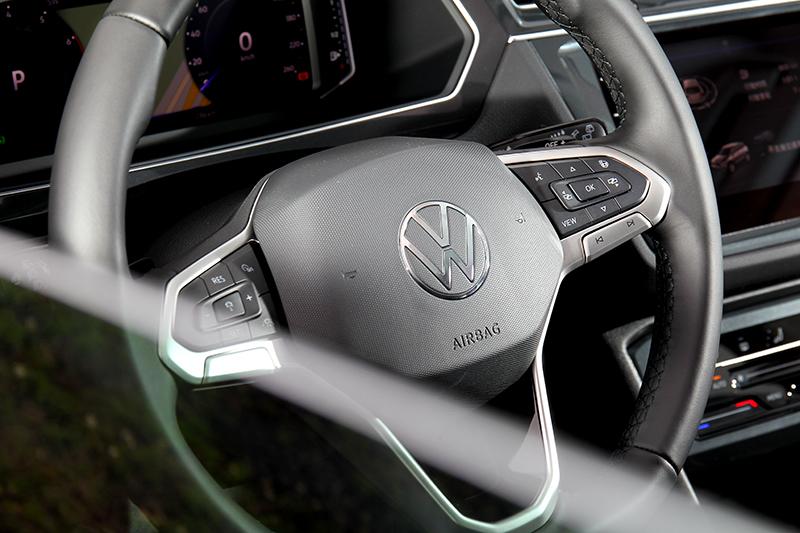 方向盤改為新樣式並配備加熱功能。
