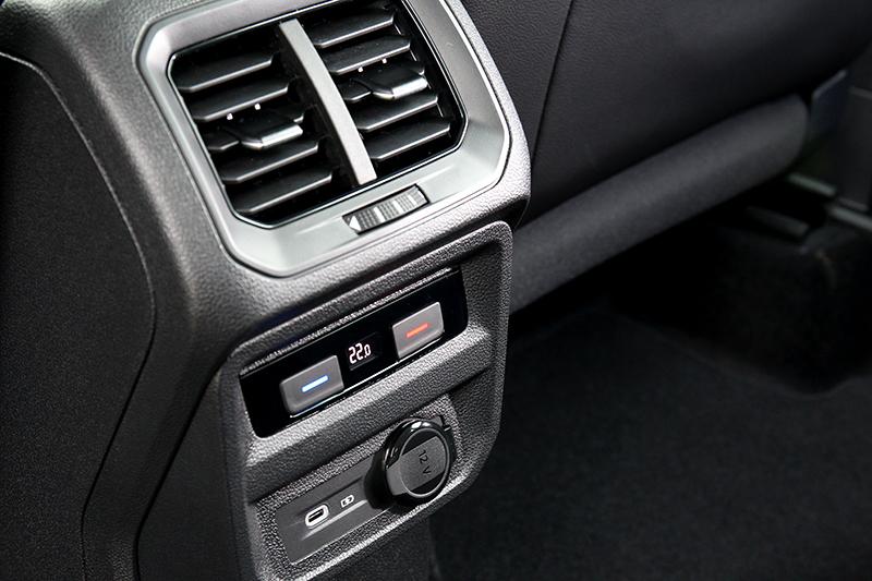 後座配有空調與Type C充電孔。