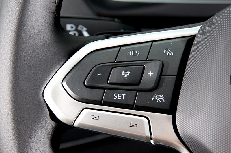 方向盤附有一鍵啟動智慧車陣穿梭系統按鍵。