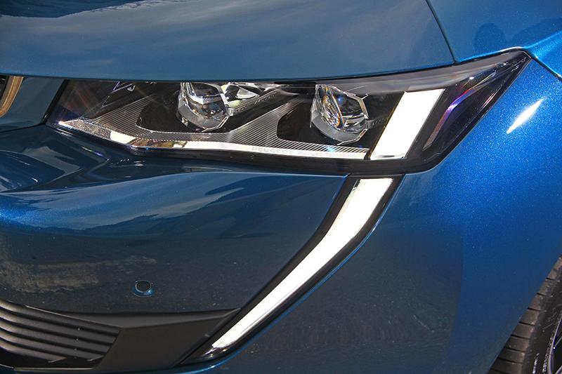 最顯著的特徵更體現在獅王獠牙樣態的LED日行燈,營造出貓科猛獸掠食般的侵略感。