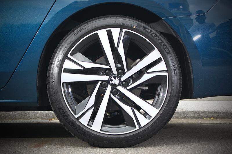 19吋胎圈配置讓車側更顯動感。