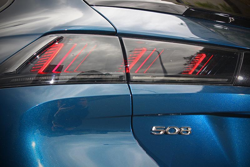 後方同以獅爪印象的FULL LED尾燈妝點。