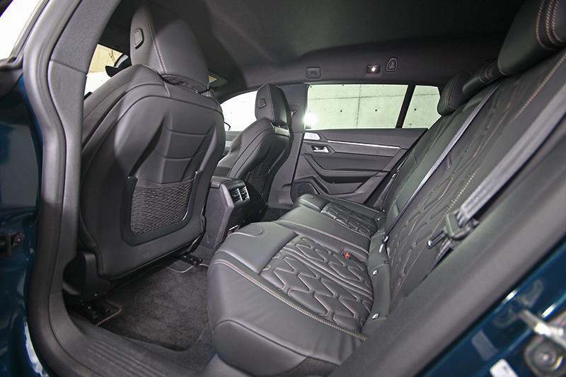 受惠於闊綽車身與寬裕軸距,後座空間相當寬敞舒適,惟幽閉感略重。