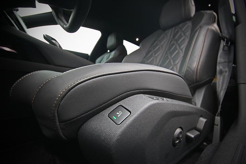 具按摩功能的AGR認證背脊健康電動座椅,絕佳地乘坐舒適性與支撐性,讓人坐了就不想下車。