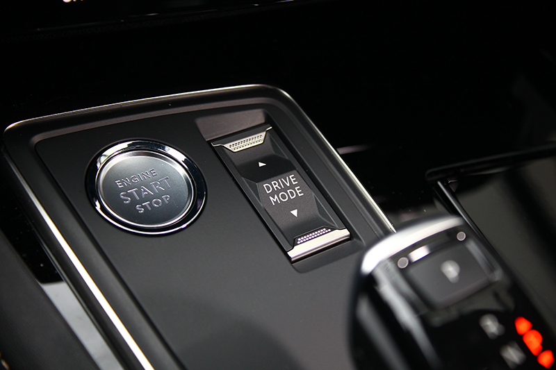 Drive Mode駕駛模式控鍵位於排檔座前方,一指即能決定車輛動態調性。