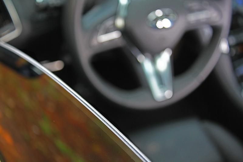 喜出望外的雙層車窗玻璃,難怪這車能這麼安靜。