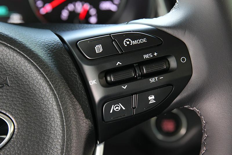 方向盤右側為SCC智慧巡航控制系統的相關按鍵