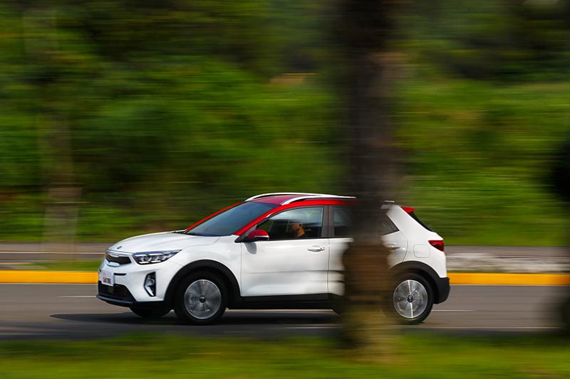 LFA進階型車道維持輔助可在0~200 km/h的範圍內將車輛維持在車道中央