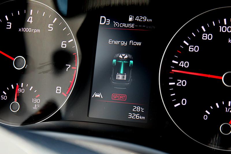 駕駛儀表中央螢幕從3.5吋升級為4.2吋全彩顯示,加上了48V輕油電系統後也能看到動力流的動畫