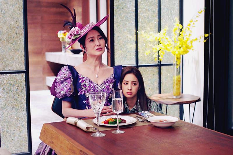 【車勢星聞】《戀愛是科學》李之勤(左)一身紫色宮廷服華麗造型浮誇登場。(圖:三立提供)