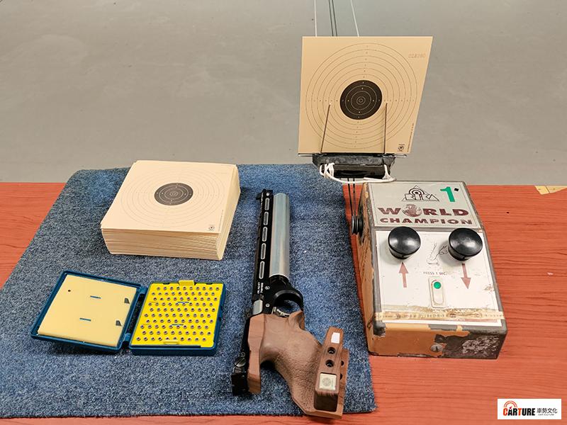 【車勢星聞】《全明星運動會》首度挑戰奧運射擊項目之一的10公尺空氣手槍,圖為正式比賽使用之靶紙、子彈及空氣手槍。