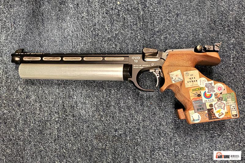 【車勢星聞】《全明星運動會》首度挑戰奧運射擊項目之一的10公尺空氣手槍,握把上的每張貼紙代表槍枝參加過的正式賽事。
