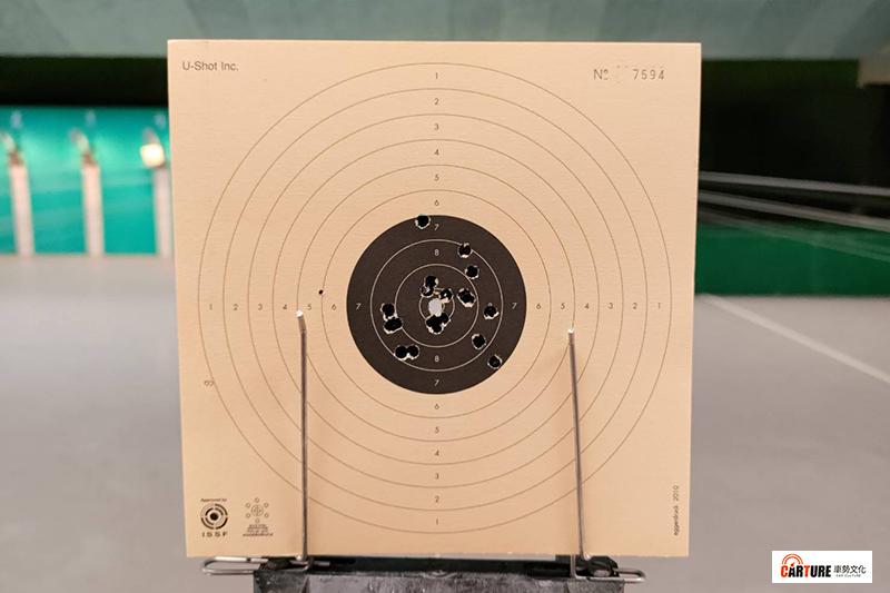 【車勢星聞】10公尺空氣手槍使用的計分靶紙上共有11條環線,越靠近靶心分數越高,決賽中完全打進第11條環線內靶心最高分為10.9分。