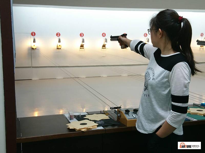 【車勢星聞】10公尺空氣手槍正式賽事規則採單手持槍,大多數人會將未持槍的另一手以插口袋方式固定。