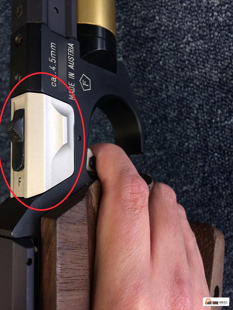 【車勢星聞】《全明星運動會》紅隊何孟遠使用的空氣手槍之槍機蓋上有模式設定,圖為「F」射擊模式。【警告:非射擊時手指不可進入板機】