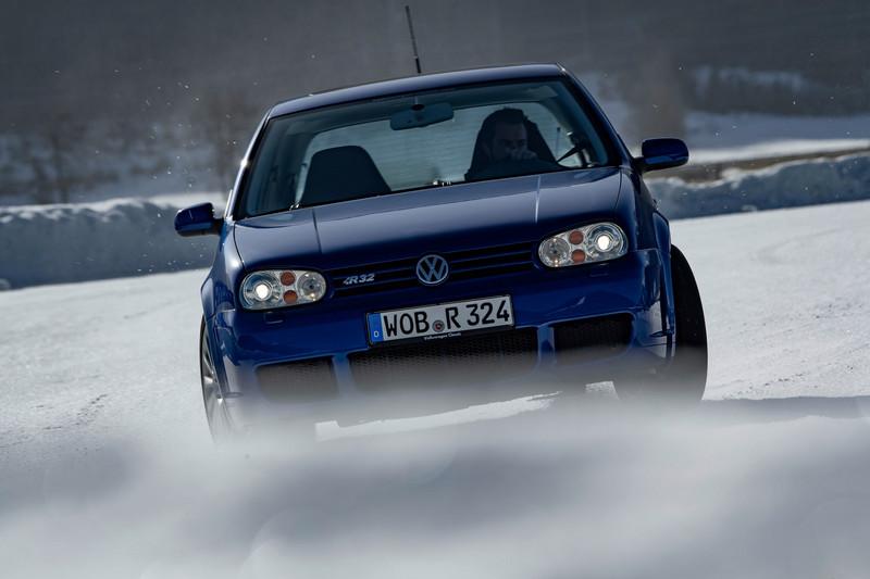 Volkswagen安排Golf R32與Golf R在雪地比拼。