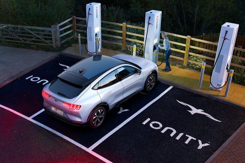 Mustang Mach-E因軟體故障導致充電時12V電池會自行放電使其車輛無法啟動。