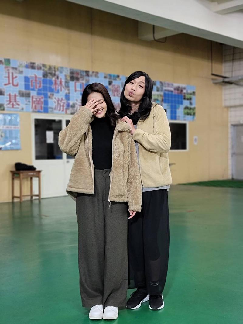 【車勢星聞】《多情城市》張哲豪(右)扮女裝跟顏曉筠說是情侶裝,讓顏曉筠哭笑不得。(圖:民視提供)