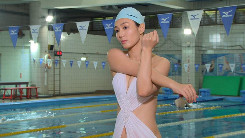 【車勢星聞】李又汝《多情城市》穿泳裝游泳,開心邊工作邊運動。(圖:民視提供)