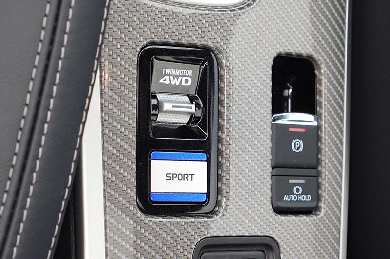三菱獨家技術S-AWC系統(Super All Wheel Control)超能全時四輪控制系統,具備三種驅動模式(NORMAL一般模式/SNOW雪地模式/LOCK模式 )。