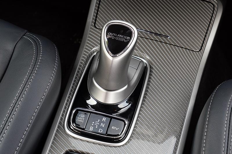 排檔設計與一般車款略有不同,P檔部分設置於前方按鈕,並有EV純電模式。