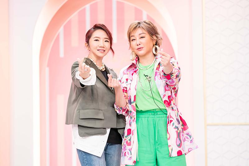 【車勢星聞】陶晶瑩(左)回老東家錄影,笑稱自己貢獻兩支柱子。(圖:TVBS提供)