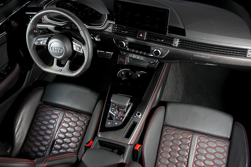 RS專屬方向盤與碳纖維飾板讓座艙充斥著熱血氛圍。