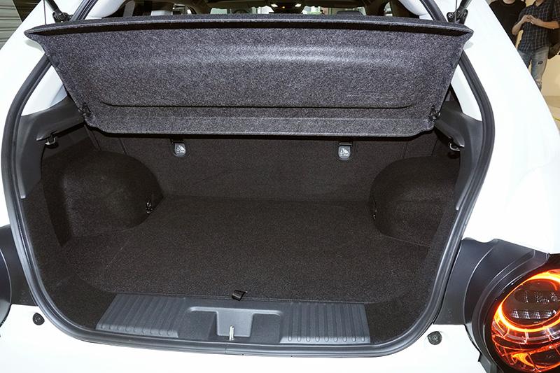 Honda後行李廂提供基本運載機能,並具有後座椅背翻倒功能。