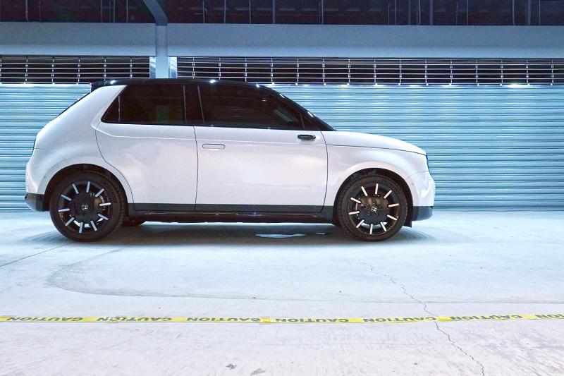 展示的'頂規Advance車型增配 17 吋黑白雙色多輻鋁圈,搭配Michelin Pilot Sport 4 運動街胎,前後輪尺寸分別為205/45 R17、225/45 R17。