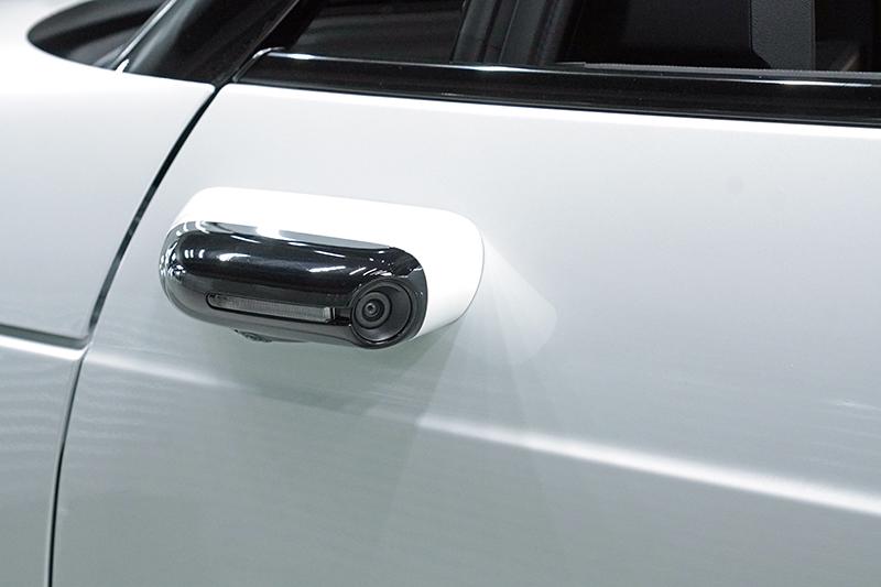 因為採數位後視鏡設計,因此車側設有飛翼狀的攝影機。