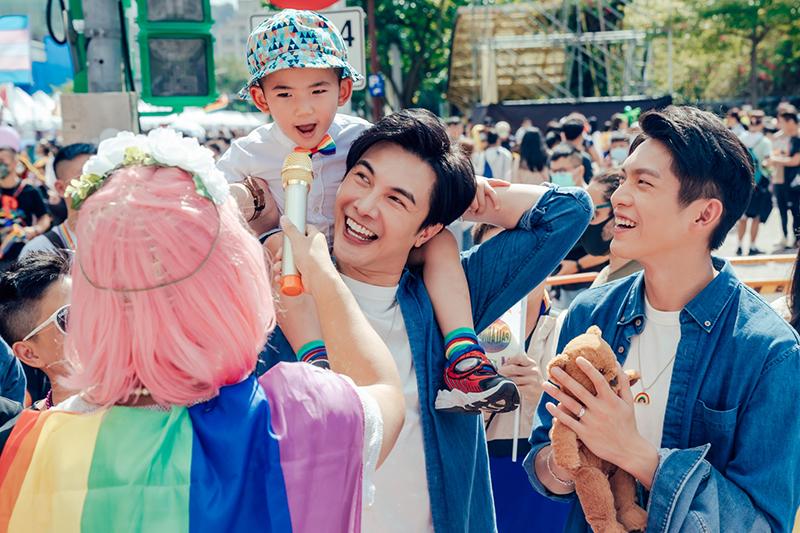 【車勢星聞】謝佳見拍《酷蓋爸爸》開箱林輝瑝年輕雙唇。(圖:GagaOOLala提供)