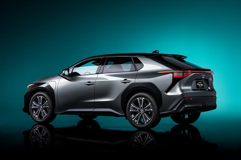 bZ4X擔任Toyota電動新紀元車型,因此在造型設計方面有著全新語彙。