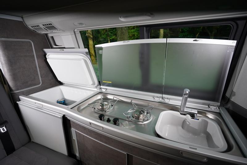 從右至左的配置分別為水槽、雙瓦斯爐及冰箱