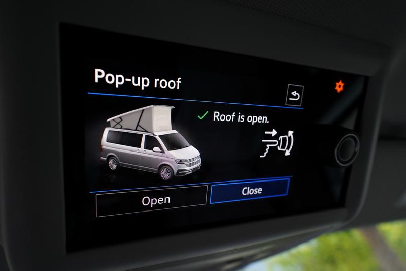 透過前方車頂操控面板便能輕鬆開起車頂篷變成另一間獨立雙人房