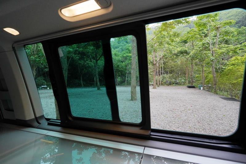 車側窗戶為手動開啟方式,夜晚亦可裝上防蟲網及遮陽簾