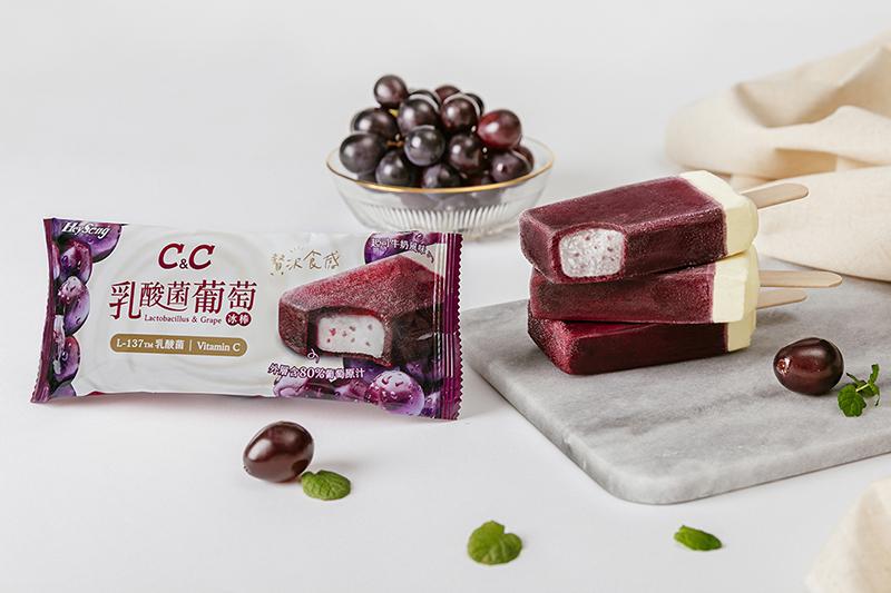 《黑松C&C乳酸菌葡萄冰棒》以葡萄果汁冰、乳酸剉冰、起司牛奶雪糕及葡萄蒟蒻晶球創造多重口感及風味。(圖:品牌提供)
