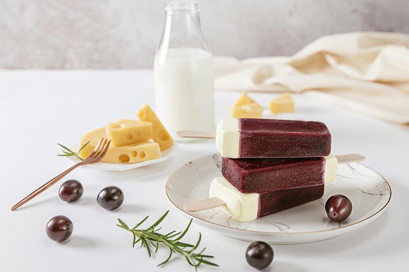 《黑松C&C乳酸菌葡萄冰棒》以葡萄果汁冰、乳酸剉冰、起司牛奶雪糕及葡萄蒟蒻晶球創造贅沢食感。(圖:品牌提供)