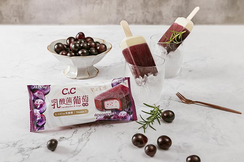 繼2020年黑松C&C推出添加日本專利L-137乳酸菌的乳酸菌氣泡飲,今年再推出重量級新品《黑松C&C乳酸菌葡萄冰棒》。(圖:品牌提供)