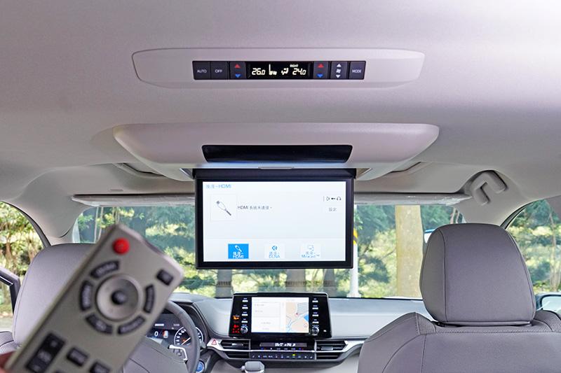 在第二排與第一排座位間車頂設有11.6吋的後座影音系統,可透過HDMI或智慧手機連接功能外接多媒體裝置。