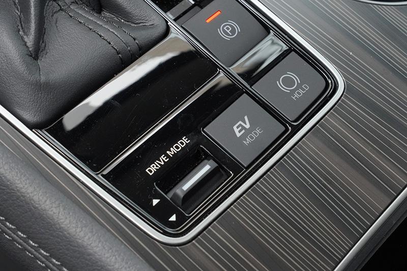 新Sienna與其他Toyota Hybrid車款相同,具有純EV模式,在電池電力足夠時提供純電行駛功能。
